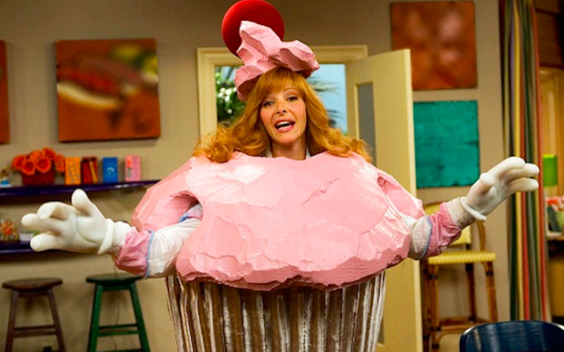 lisa kudrow, comeback, cupcake outfit, regret, good idea at the time